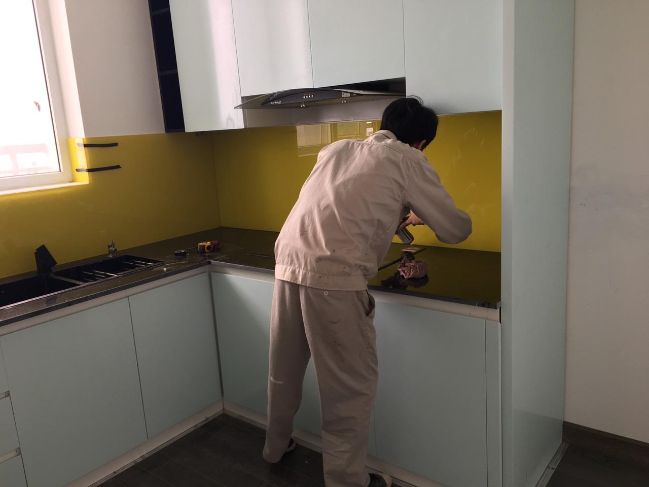 2f79428e214bc4159d5a Kính sơn màu trang trí phòng bếp