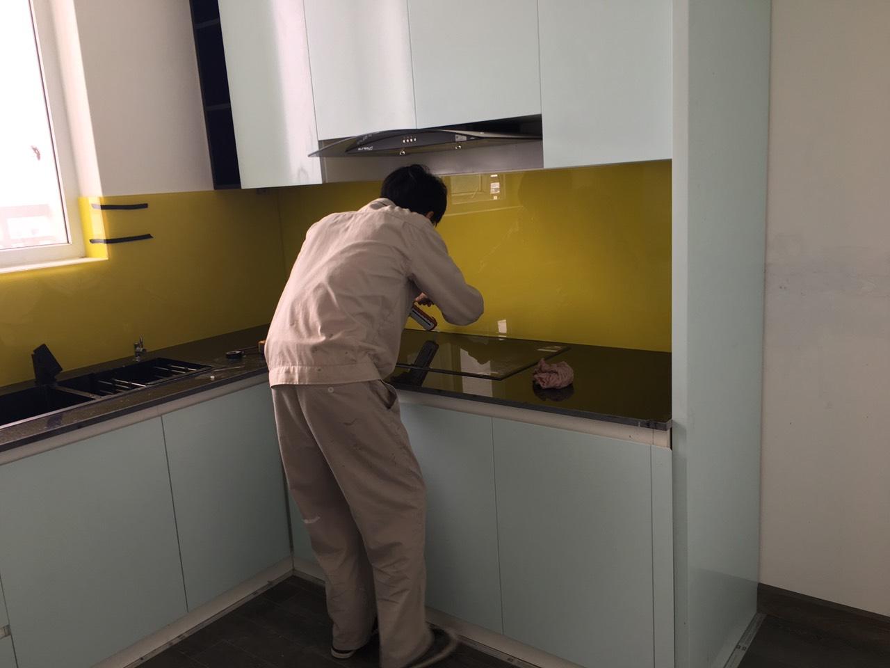 31c9496e2dabc8f591ba Kính sơn màu trang trí phòng bếp