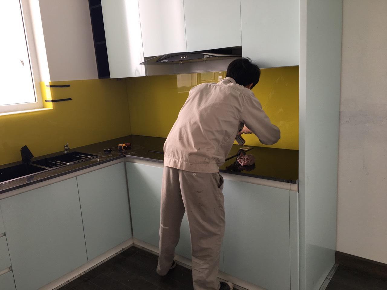 d7a22f004bc5ae9bf7d4 Kính sơn màu trang trí phòng bếp