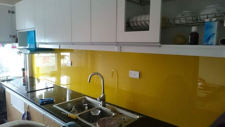 nha bep 4 Kính sơn màu trang trí phòng bếp