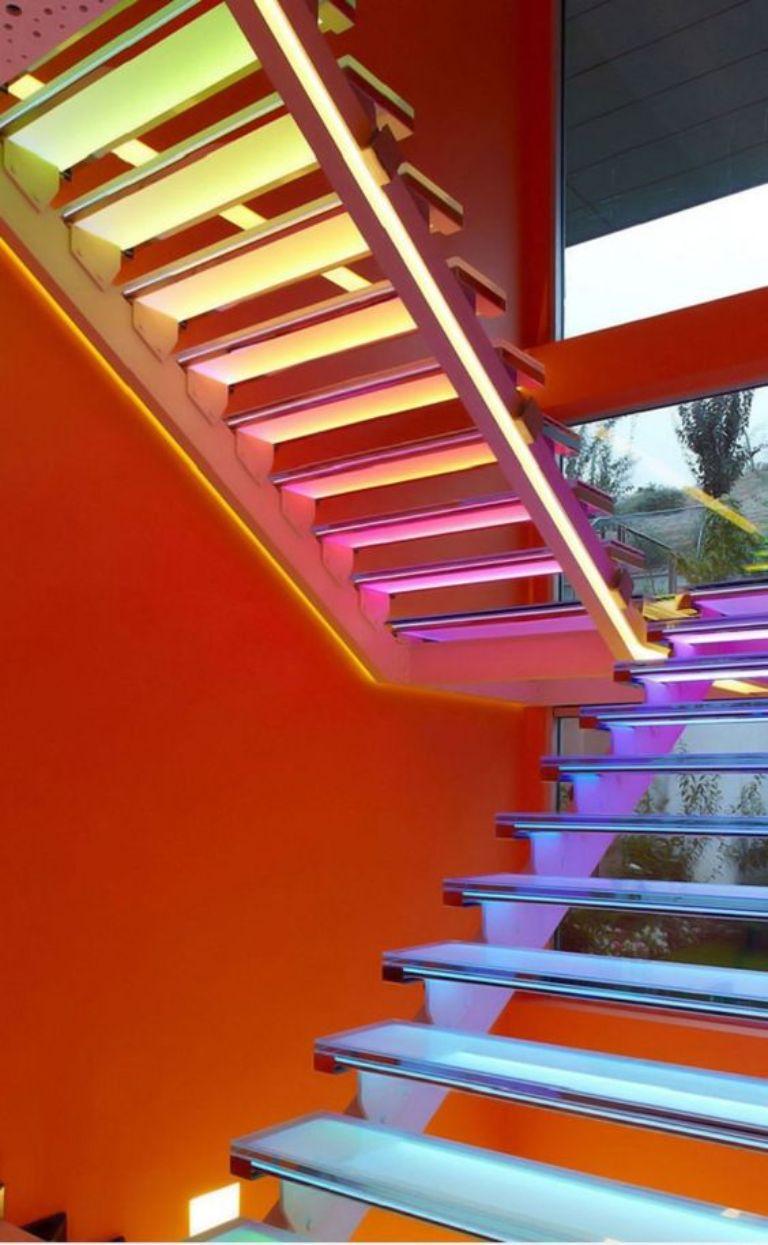 Cầu thang có bậc bằng kính cường lực.