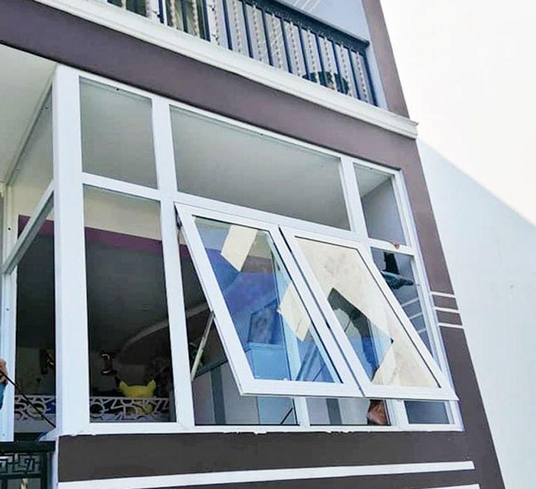 Cửa sổ nhôm kính mở hất 1 cánh.